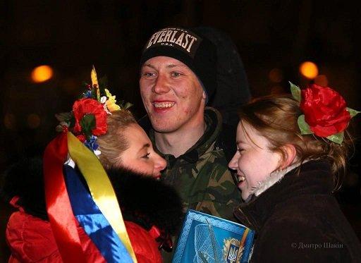 Пізно вночі 73 бійців з Черкас зустріли містяни на Соборній площі (фото) - фото 4