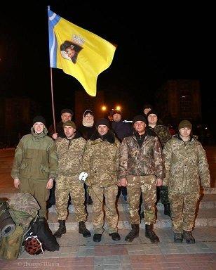 Пізно вночі 73 бійців з Черкас зустріли містяни на Соборній площі (фото) - фото 6
