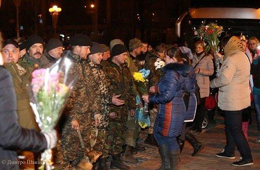 Пізно вночі 73 бійців з Черкас зустріли містяни на Соборній площі (фото) - фото 3