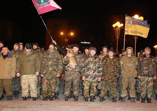 Пізно вночі 73 бійців з Черкас зустріли містяни на Соборній площі (фото) - фото 2