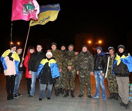 Пізно вночі 73 бійців з Черкас зустріли містяни на Соборній площі (фото) - фото 5