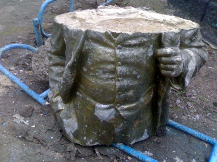 Ленинопад в Запорожской области: разрушен памятник Ильичу в Молочанске (фото) - фото 2