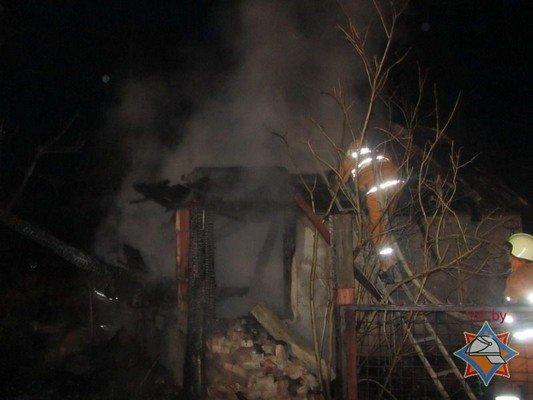 Пожар дачи возле Юбилейного озера: девушка погибла, парень успел выпрыгнуть со второго этажа (фото) - фото 1