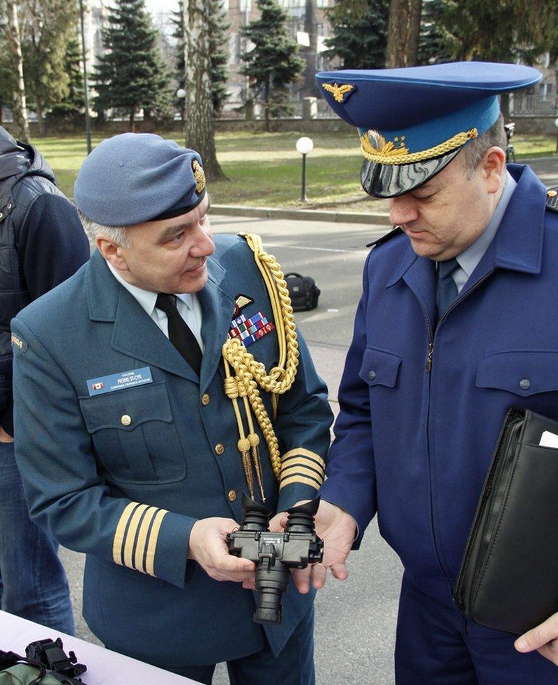 Канада передала для українських бійців 60 приладів нічного бачення (ФОТОРЕПОРТАЖ) (фото) - фото 4