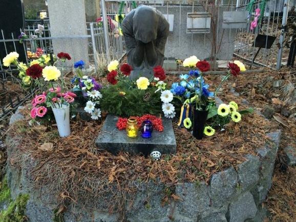 В Киеве на Байковом кладбище украли памятник с могилы писателя Гуцало (ФОТОФАКТ) (фото) - фото 2