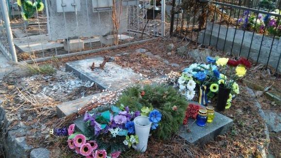 В Киеве на Байковом кладбище украли памятник с могилы писателя Гуцало (ФОТОФАКТ) (фото) - фото 1