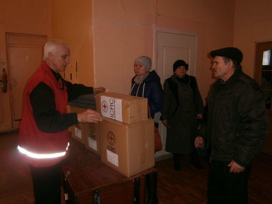 В Димитрове переселенцы получили гуманитарную помощь от МК Красного Креста (ФОТОРЕПОРТАЖ) (фото) - фото 10
