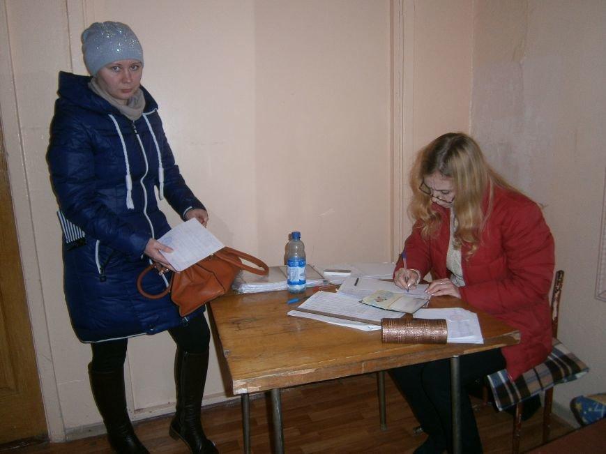 В Димитрове переселенцы получили гуманитарную помощь от МК Красного Креста (ФОТОРЕПОРТАЖ) (фото) - фото 1
