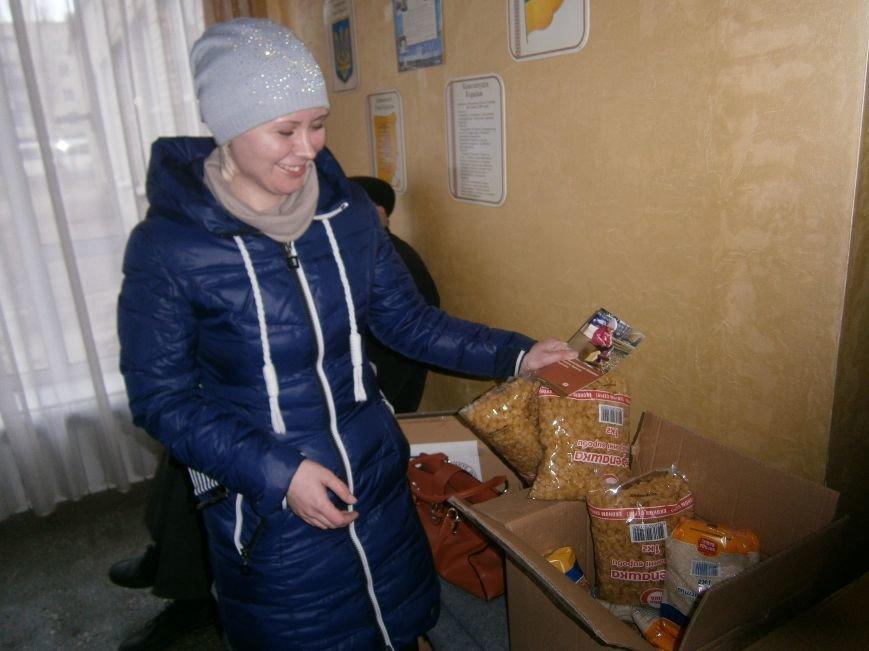 В Димитрове переселенцы получили гуманитарную помощь от МК Красного Креста (ФОТОРЕПОРТАЖ) (фото) - фото 3