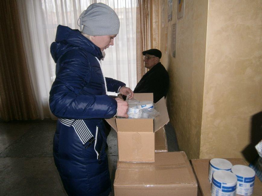 В Димитрове переселенцы получили гуманитарную помощь от МК Красного Креста (ФОТОРЕПОРТАЖ) (фото) - фото 12