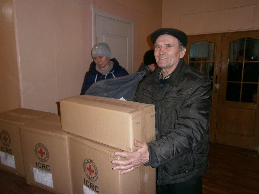 В Димитрове переселенцы получили гуманитарную помощь от МК Красного Креста (ФОТОРЕПОРТАЖ) (фото) - фото 11
