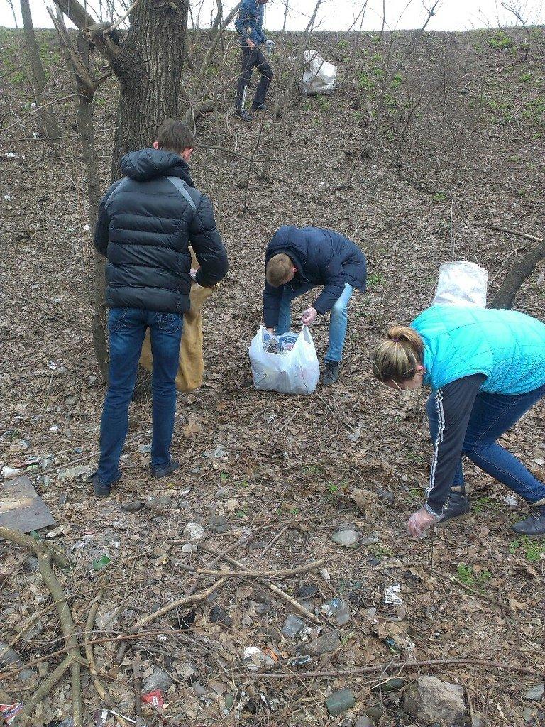 Днепропетровские студенты помогли ЖЭКу убрать свалку (фото) - фото 1