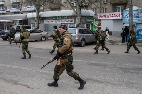 Суровые будни Донецка - дончане спокойно проходят по улицам города мимо изготовившихся к бою «ополченцев» (ФОТО) (фото) - фото 2