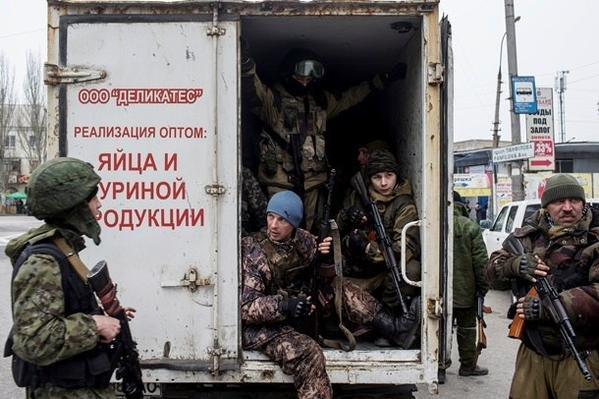 Суровые будни Донецка - дончане спокойно проходят по улицам города мимо изготовившихся к бою «ополченцев» (ФОТО) (фото) - фото 1