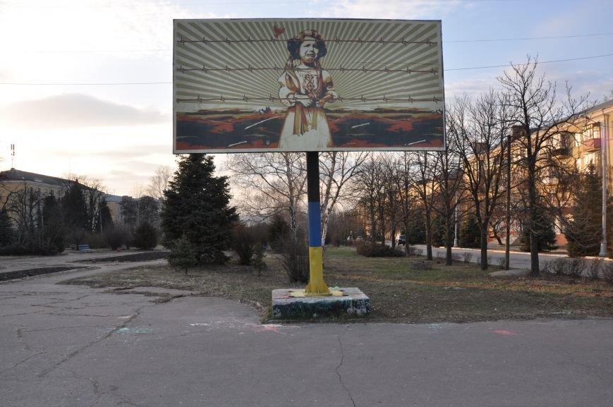 Не поняли искусства: в Краматорске решили убрать с билборда изображение девочки за «колючкой», фото-1