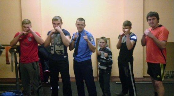 Сотрудник Красноармейского линейного отдела милиции организовал бесплатные занятия пауэрлифтингом для школьников (фото) - фото 4