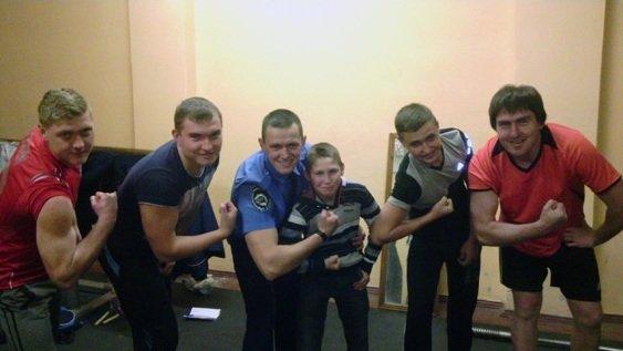 Сотрудник Красноармейского линейного отдела милиции организовал бесплатные занятия пауэрлифтингом для школьников (фото) - фото 3