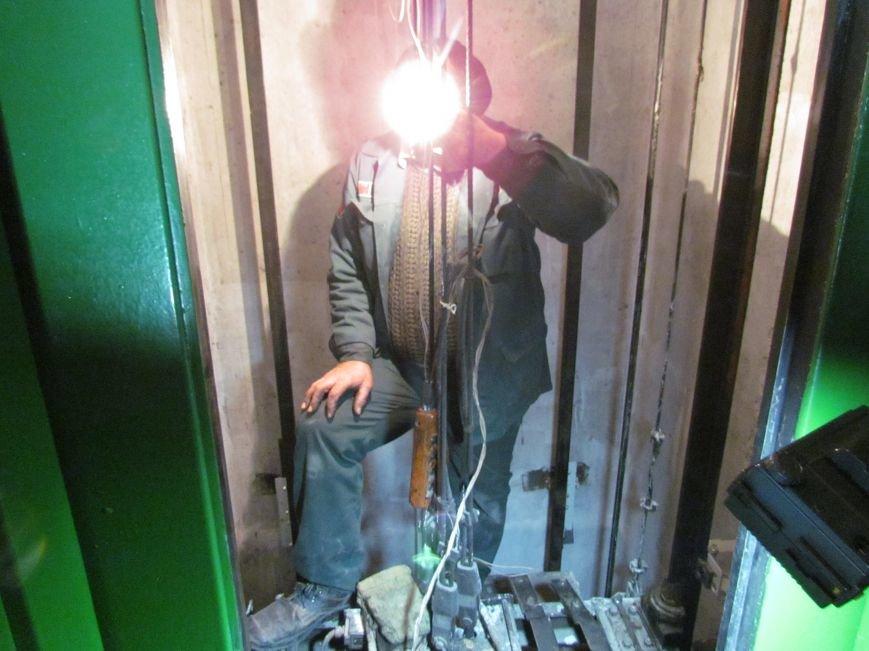 В Мариуполе год возвращают к жизни уничтоженный поджигателями лифт (ФОТОРЕПОРТАЖ), фото-7