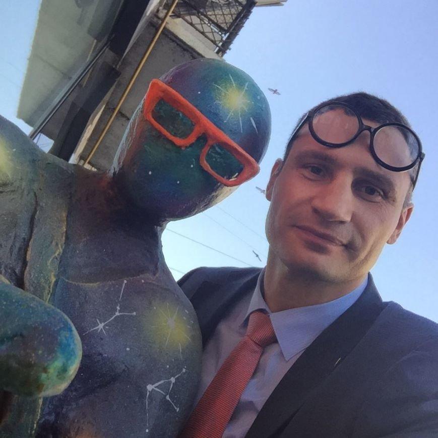 """В центре Киева открыли скульптуру, которая """"общается"""" с прохожими и бесплатно раздает Wi-Fi (ФОТО) (фото) - фото 1"""