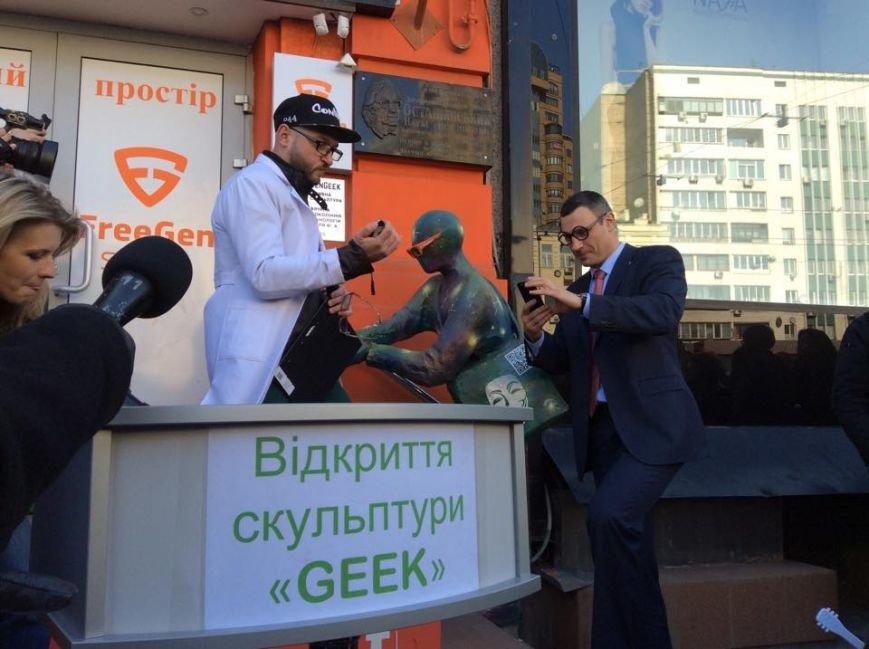"""В центре Киева открыли скульптуру, которая """"общается"""" с прохожими и бесплатно раздает Wi-Fi (ФОТО) (фото) - фото 2"""
