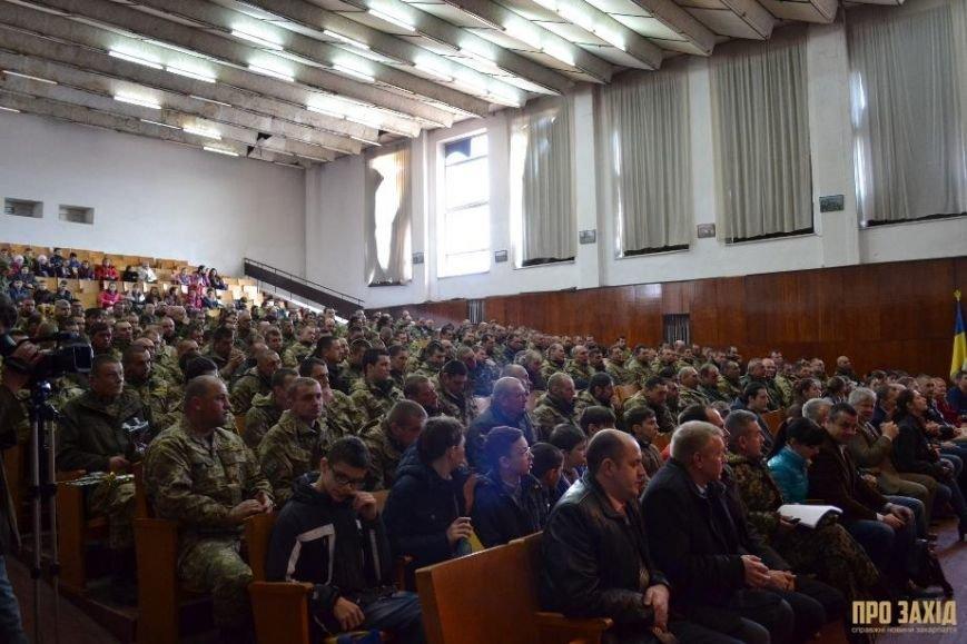 Героям слава! В Ужгороді відбулися урочистості на честь закарпатських військових (Фоторепортаж) (фото) - фото 16