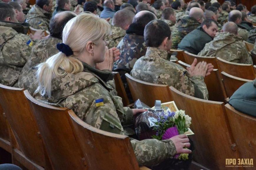 Героям слава! В Ужгороді відбулися урочистості на честь закарпатських військових (Фоторепортаж) (фото) - фото 29