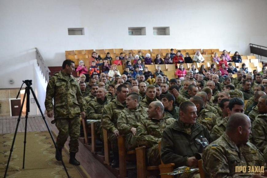 Героям слава! В Ужгороді відбулися урочистості на честь закарпатських військових (Фоторепортаж) (фото) - фото 11
