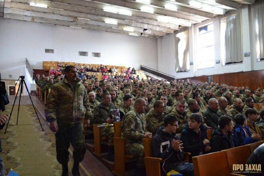 Героям слава! В Ужгороді відбулися урочистості на честь закарпатських військових (Фоторепортаж) (фото) - фото 6