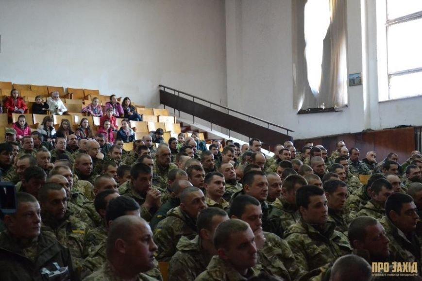 Героям слава! В Ужгороді відбулися урочистості на честь закарпатських військових (Фоторепортаж) (фото) - фото 17