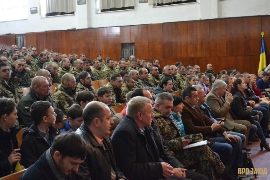 Героям слава! В Ужгороді відбулися урочистості на честь закарпатських військових (Фоторепортаж) (фото) - фото 18
