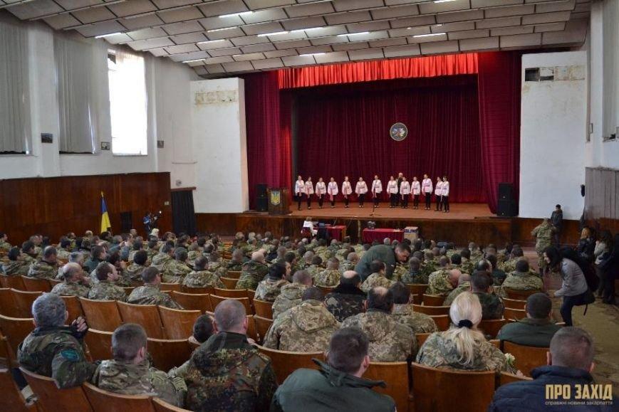 Героям слава! В Ужгороді відбулися урочистості на честь закарпатських військових (Фоторепортаж) (фото) - фото 31