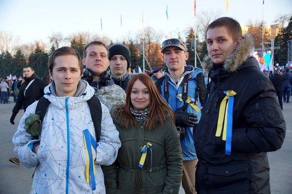 У Росії школярку викликали у ФСБ через жовто-сині стрічки у косах (фото) - фото 1