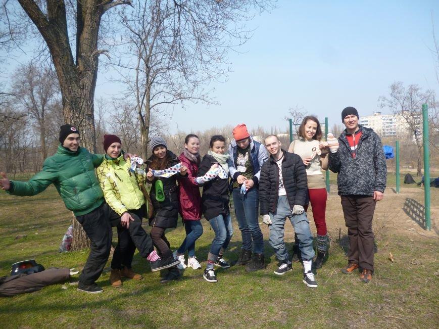 Криворожане присоединились к международному флэш-мобу и вышли на улицу в разных носках (ФОТО) (фото) - фото 1