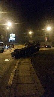 Минулої ночі у Львові перевернулась іномарка: водій загинув на місці, пасажир - у лікарні (ФОТО) (фото) - фото 1