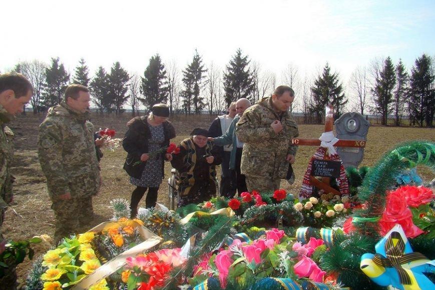 Семье погибшего в зоне АТО николаевского офицера вручили его орден «За мужество» (ФОТО) (фото) - фото 3