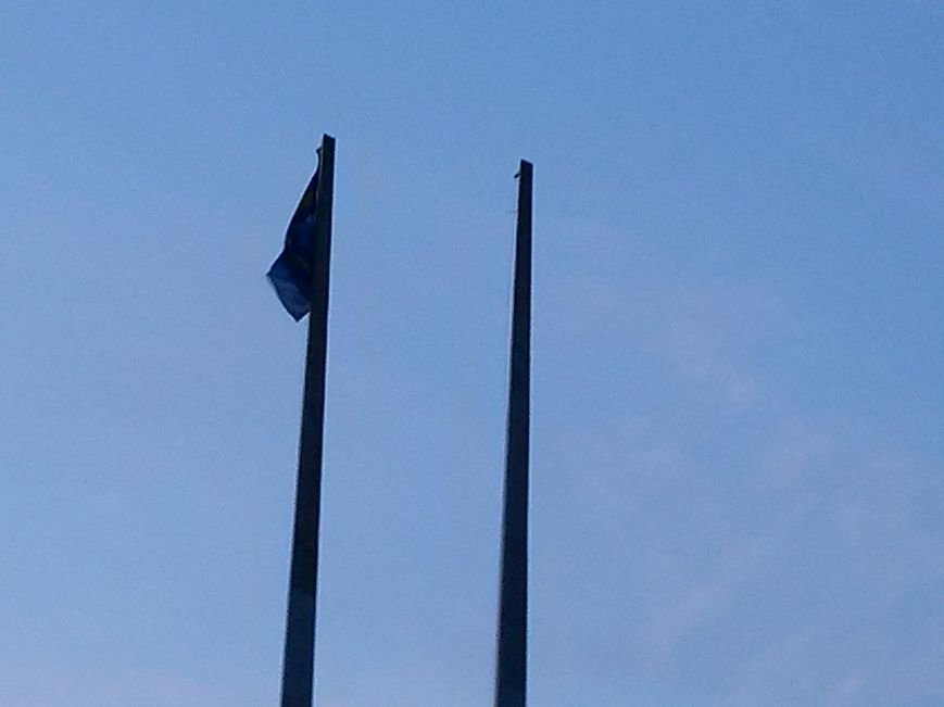 В Мариуполе с главного флакштока  снят флаг Украины (ФОТОФАКТ) (фото) - фото 1