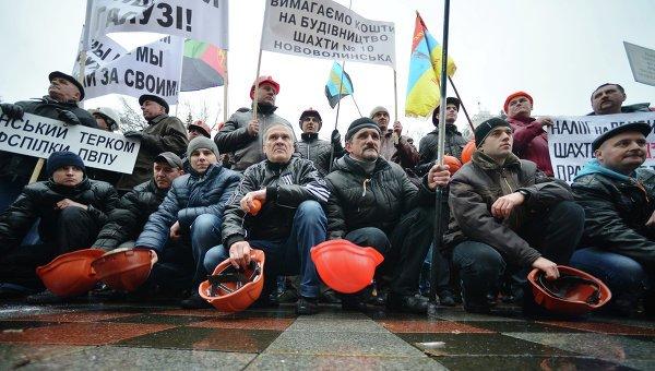 Більше 500 львівських шахтарів протестують біля будівлі обладміністрації з вимогою виплати зарплат і відставки голови Міненерго України (фото) - фото 1