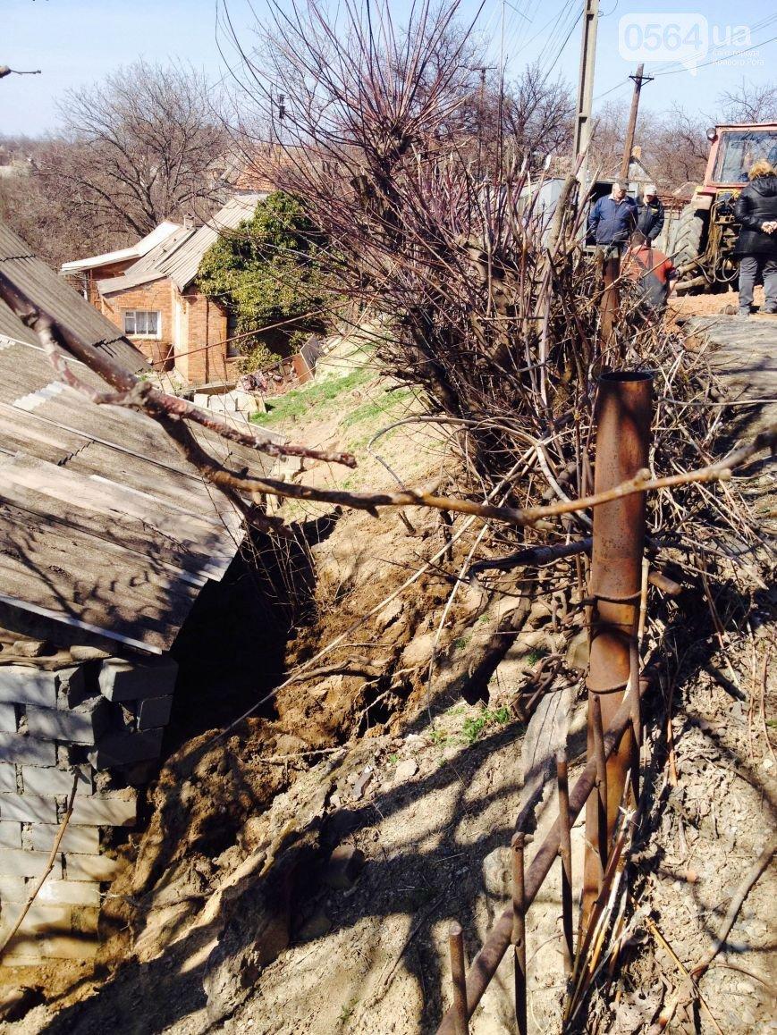 В Кривом Роге: размытым грунтом завалило дом, наркоторговец делал селфи с «Правым сектором»,  милиция раскрыла заказное убийство (фото) - фото 1