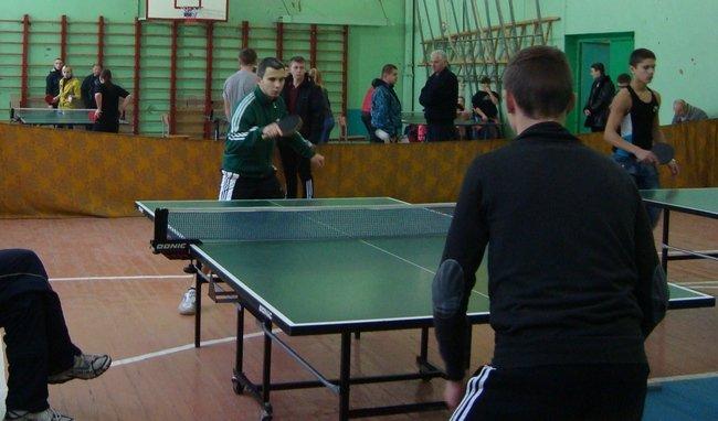 Більше півсотні юнаків та дівчат вели боротьбу в чемпіонаті Черкас з настільного тенісу (фото) - фото 1