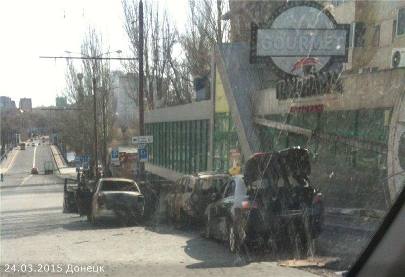 Расстрелянная машина и поврежденное кафе - последствия ночной перестрелки в Донецке (ФОТО добавлены) (фото) - фото 1