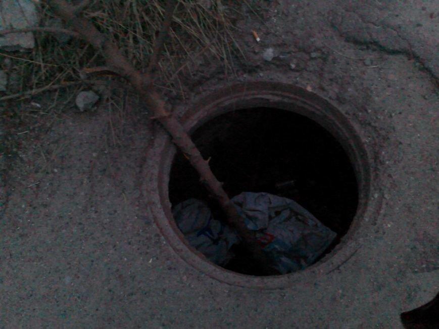 В Запорожье на Калантыровке местные жители страдают от открытого люка (ФОТОФАКТ) (фото) - фото 1