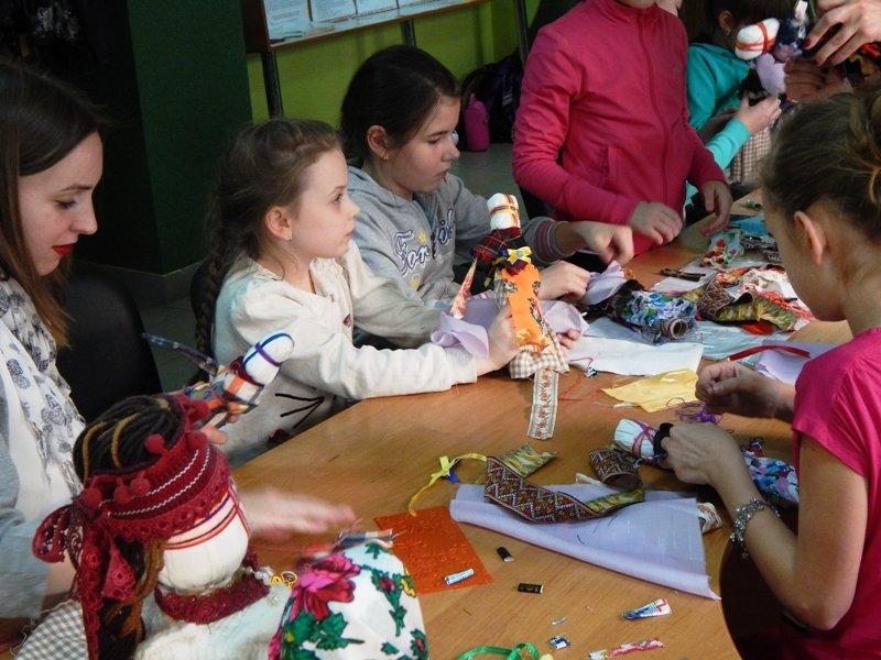 Діти учасників АТО навчились виготовляти ляльки-мотанки (ФОТОРЕПОРТАЖ) (фото) - фото 9