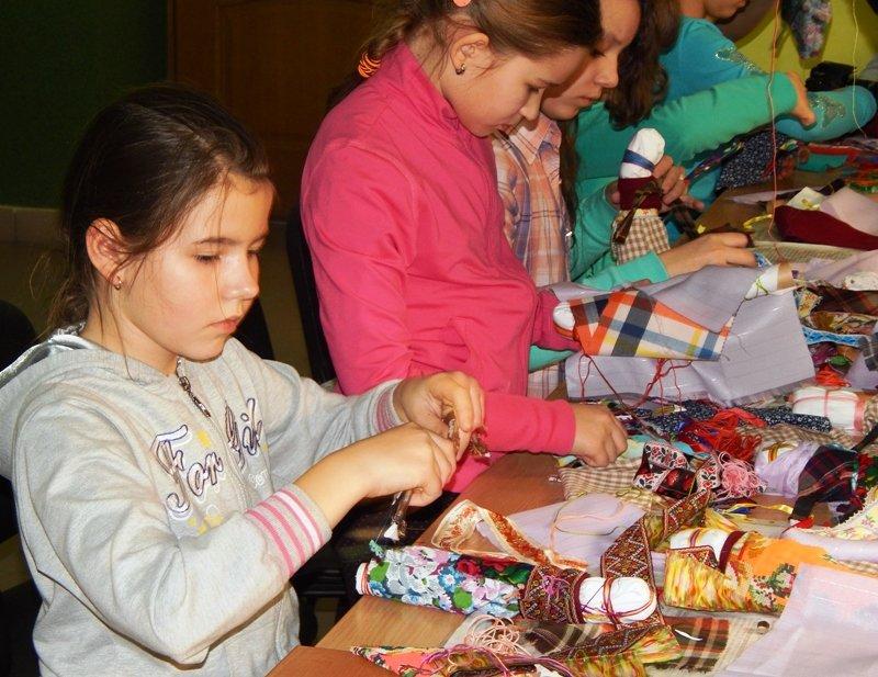 Діти учасників АТО навчились виготовляти ляльки-мотанки (ФОТОРЕПОРТАЖ) (фото) - фото 3