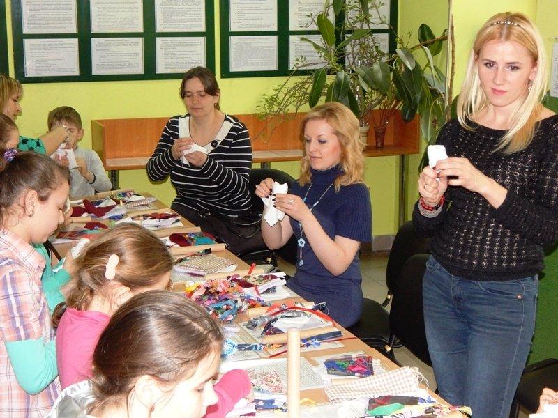 Діти учасників АТО навчились виготовляти ляльки-мотанки (ФОТОРЕПОРТАЖ) (фото) - фото 1
