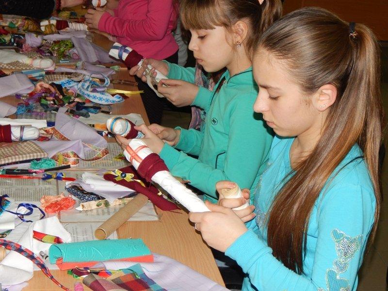 Діти учасників АТО навчились виготовляти ляльки-мотанки (ФОТОРЕПОРТАЖ) (фото) - фото 7