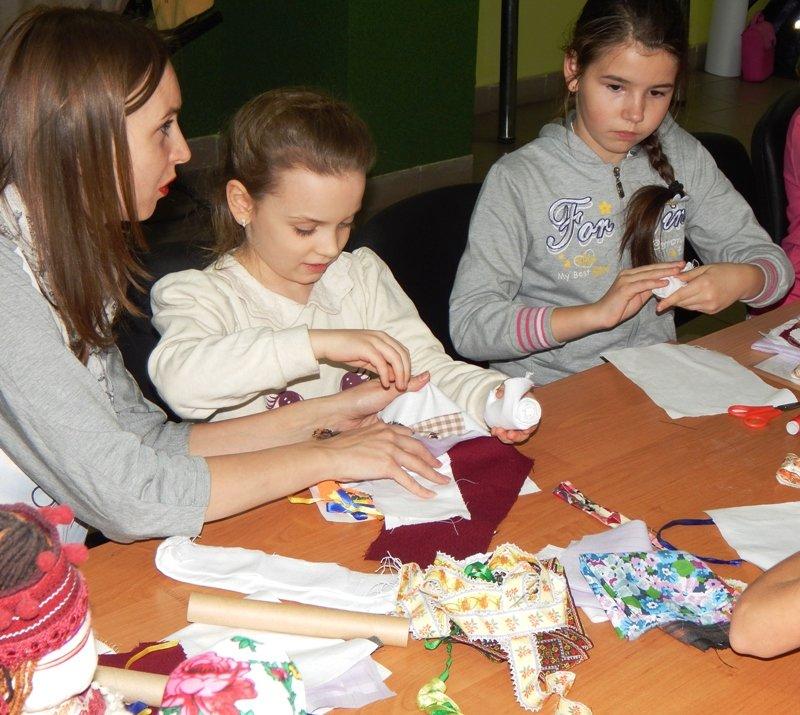 Діти учасників АТО навчились виготовляти ляльки-мотанки (ФОТОРЕПОРТАЖ) (фото) - фото 8