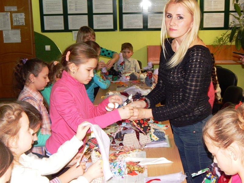 Діти учасників АТО навчились виготовляти ляльки-мотанки (ФОТОРЕПОРТАЖ) (фото) - фото 4