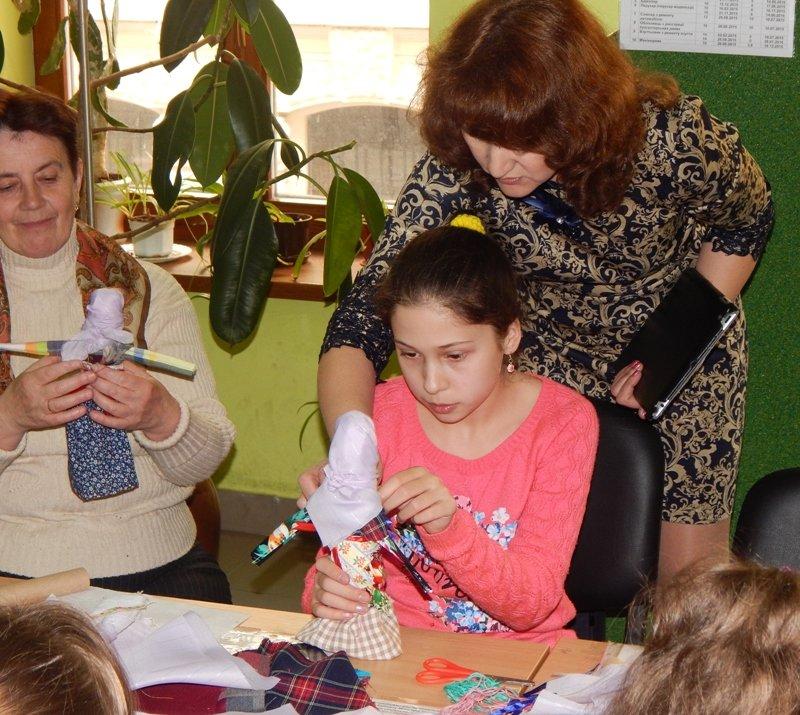 Діти учасників АТО навчились виготовляти ляльки-мотанки (ФОТОРЕПОРТАЖ) (фото) - фото 5