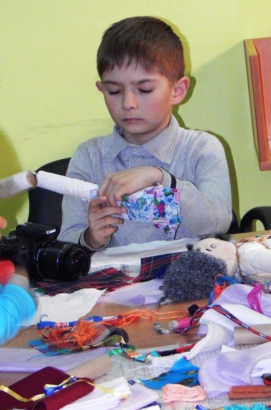 Діти учасників АТО навчились виготовляти ляльки-мотанки (ФОТОРЕПОРТАЖ) (фото) - фото 6