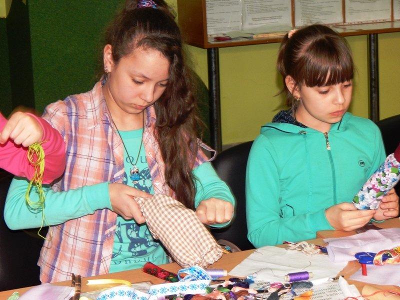 Діти учасників АТО навчились виготовляти ляльки-мотанки (ФОТОРЕПОРТАЖ) (фото) - фото 2